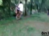 Мужик на мотоцикле качается на качелях swing toy with motorcycle brincando de balanco com moto