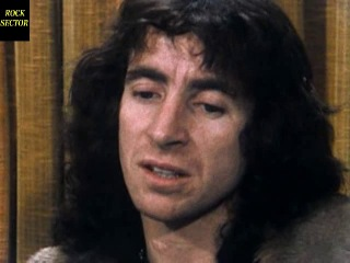 AC/DC Plug Me In 1.Disc 1 Bonus Footage: * Band Interview at Airport 1976 (2:16) * Band Interview at Covent Garden (2:27) *
