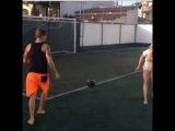 Адриан и Наталья чеканят мячик.Adryan