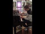 сыграл на пианино