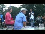 Тимофей Винковский играет на бокалах в Гурзуфе.