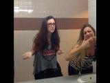 Как девушки и парни смотрятся в зеркало (6 sec)