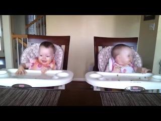Реакция двойни на любимую мелодию. Ржак! :-)