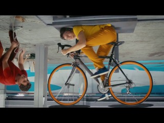 OK Go - The Writing's On The Wall. Сплошная оптическая иллюзия, а не клип. Ну почему такая никакущая песня-то! Ведь клип просто
