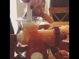Надо выпивать сок!, - рекомендует Дана ^^ Каждый день и чем больше, тем лучше, и желательно с зеленью :) Это наше новое приспособление для соков - ручная шнековая соковыжималка #lexen #healthyjuicer. Отличие от обычной - холодный, бережный отжим, так сказать, сок не нагревается, сохраняется больше витаминов :) Для маленькой семьи, для путешествий, для тех, кто ненавидит отмывать после использования большие соковыжималки с тонной деталей (это я, каких у меня только не было, от всех в итоге избавилась, даже от шикарной электрической шнековой #greenstarelite) - самое оно, рекомендую, очень удобно. Жмет любую зелень (досуха), мягкие и твердые фрукты и овощи (правда, нужно их нарезать маленькими кусочками). Заказывала через Интернет, стоит такая не дороже 2500 ру (но если цена совсем низкая, то это может быть некачественная подделка, разница в деталях, лучше проверять при покупке и покупать у официальных поставщиков).