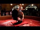 Девушка скачет на механическом быке