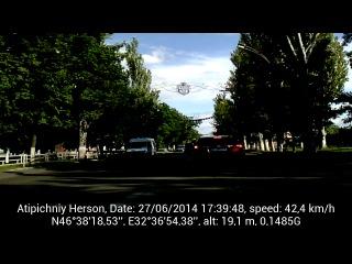 Белый Жигуль нарушает ПДД- проезд перекрестка с изменением направления.