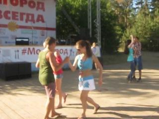 Танцевальные мастер- классы студии РИТМ Чебоксары на форуме Молгород 2014. Участники форума танцуют Сальсу в парах.