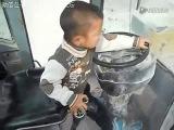 Пятилетний китайский ребенок работает на бульдозере gznbktnybq rbnfqcrbq ht,tyjr hf,jnftn yf ,ekmljptht