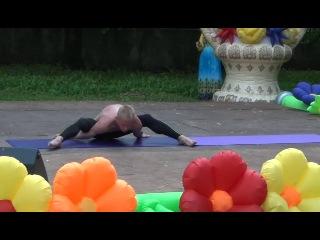 Выступление инструктора по йоге Владимира Горелова и ученицы Виктории Поспеловой на Дне города 8 июня 2014 г. Классическая йога парная йога. Наши ребята молодцы! Мы двигаемся к совершенству!