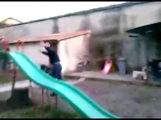 Неудачный спуск с детской горки на скейте