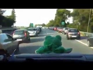 дать право проезда для скорой помощи ( give the right of way for ambulance)