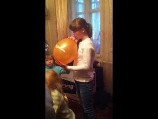 Настя надувает шарик