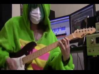 няшный челкастый= играет на гитаре
