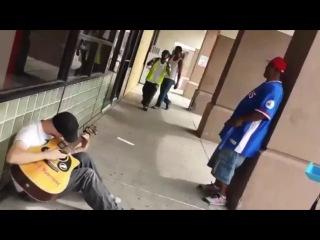 Очень крутой перфоманс от уличного музыканта и случайных прохожих!
