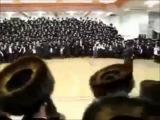 Кто не скачет...Это хасидский еврейский ритуал для введения толпы   в массовый транс и управление ею.Ничего не напоминает?))
