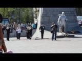 Рычков возлагает венок к памятнику Неизвестного солдата