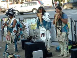 Эквадорские индейцы играют ЛЕТИТ КОНДОР на проспекте Октября остановке Округ Галле в городе Уфе май 2014 год