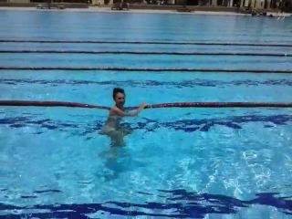 Жена плавает