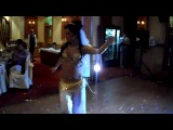 невеста танцует танец живота для жениха. Belly Dance