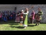 Средневековые музыканты у стен Крепости.