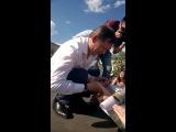 Історичний момент: Президент України Олег Ляшко підписується на руці у божевільної Альони.