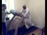 Араб впервые на беговой дорожке! Я рыдал от смеха!_low