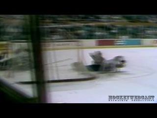 Опасная игра: в 1989 году во время борьбы за шайбу, голкиперу Клинту Маларчуку перерезало горло коньком противника. В результате была повреждена яремная вена и кровь ручьём полилась на лед. От этого зрелища 11 зрителей потеряли сознание, двоих хватил сердечный приступ, а троих хоккеистов стошнило прямо на льду. К счастью, Маларчука удалось спасти, и он в том же сезоне вернулся в строй. Этот эпизод назвали одним из самых страшных за всю историю спорта.