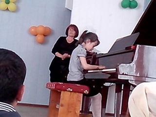 Даша выступает на родительском собрании в музыкальной школе 2 класс.