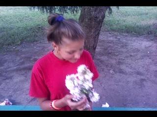 Как девушка нюхает цветы))