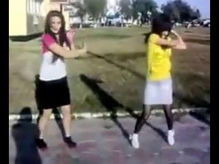 Дагестанка и ингушка в Ставрополи танцуют тектоник ))