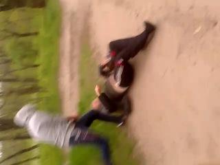 шол по парку,увидел мужик ударил женьщину,решил наказать.