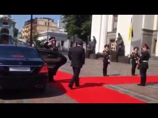 позор на инаугурации свинорыло Парашенко