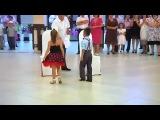 Мальчик и девочка красиво танцуют