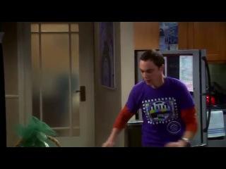 Шелдон обнимает Пении