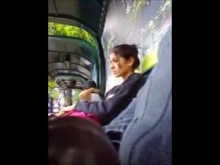 Парень эксгибиционист дрочит член на остановке сидя рядом с девушкой