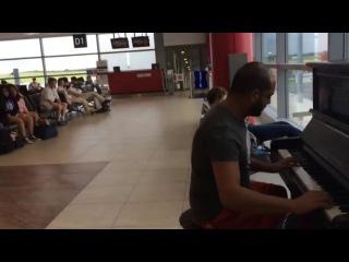 Парень играет на пианино в аэропорту.Очень красиво.