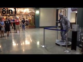 Танцевальный баттл между человеком и живой статуей под дабстеп / Living statue dub step robot dance
