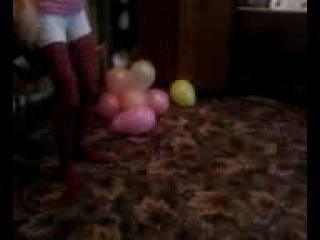 Девчонки пытаюся лопнуть шарик*