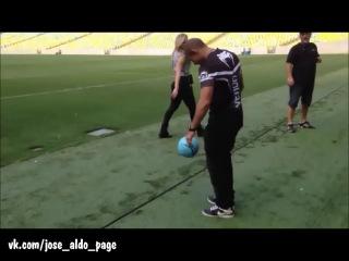 Жозе Альдо набивает мяч