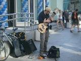 Талантливый музыкант отжигает на необычной басухе))) У метро