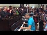 Ливанский пианист Маан Хамаде, проснувшийся знаменитым после ролика в пражском аэропорту, исполняет вариации на тему из Игры престолов.