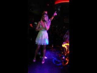 приезджаем в ночной клуб в Кёльне,а тут такой приятный сюрприз из Украины...на сцене Тамерлан и Омаргалиева)))