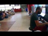 Парень в аэропорту нереально круто играет на пианино!