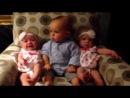 Этот малыш впервые в жизни увидел двойняшек. Как он мило удивляется!))