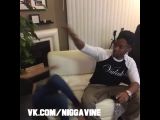 When you tickle a dark skin guy VS a light skin guy (Nigga Vine)