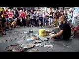 Необычный уличный музыкант демонстрирует свое мастерство.