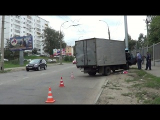 В Иркутске полиция выясняет обстоятельства столкновения грузовика со световой опорой на улице Академической