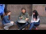 Уличный музыкант из Санкт-Петербурга играет на Ханге