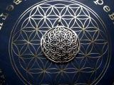 ..является важнейшим символом защиты и активизации жизненной энергии. ...идеально подходит для исцеления и помогает соединиться с Высшим Я. ...обладает свойством поглощать и преобразовывать электромагнитную энергию. ...содержит в себе схемы творения , возникшие из Великой Пустоты. ...древнейший и наиболее важный из всех символов Сакральной Геометрии. ...один из древнейших символов человечества. ...способствует уменьшению нагрузки электромагнитного излучения на пользователя. ...порождает